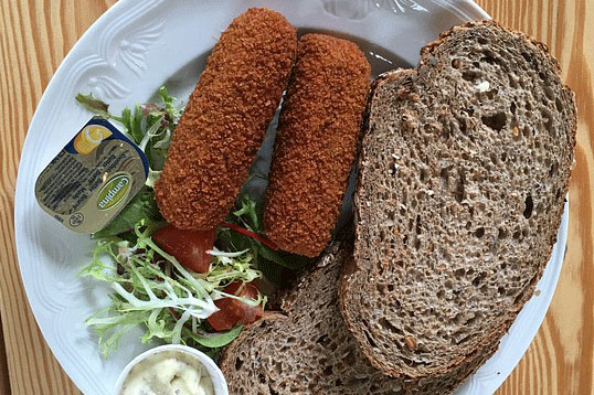 Lunch met kroket en brood