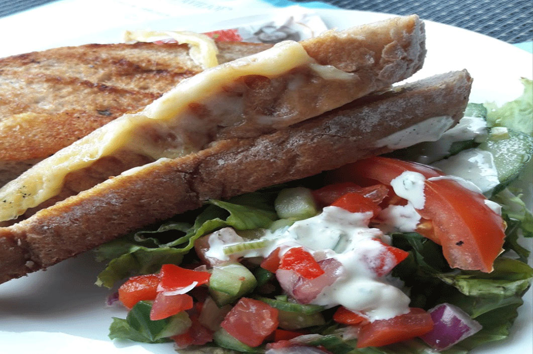 Brood met frisse salade